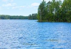 湖Rutajarvi夏天视图(芬兰) 免版税库存图片