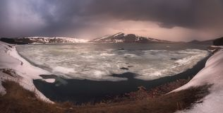 湖Saghamo在乔治亚,高加索 时数横向季节冬天 免版税库存照片