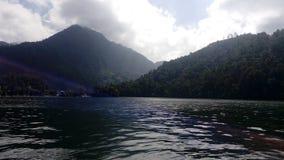湖sarangan山的telaga,印度尼西亚 免版税库存图片