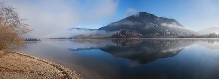 湖schliersee在一个有雾的早晨在12月 库存照片