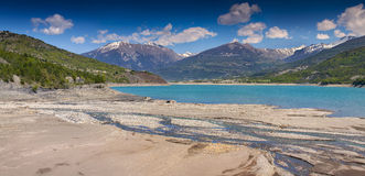 湖Serre-Poncon全景  免版税图库摄影