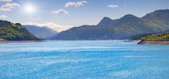 湖Serre-Poncon全景  免版税库存照片
