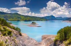 湖Serre-Poncon看法  库存图片