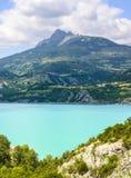 湖Serre-Poncon (法国阿尔卑斯) 图库摄影