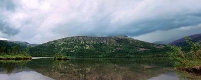 湖Shchuchye在Khibiny 免版税库存照片
