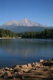湖Siskyou和沙斯塔山 库存照片