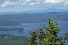 湖Sunapee夏令时,纽伯里,新的Hampsh平静的看法  图库摄影