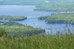 湖Sunapee夏令时,纽伯里,新的Hampsh平静的看法  免版税库存图片