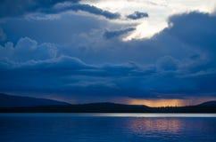 湖Verkhnee由日落的北俄罗斯 图库摄影