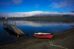小船靠码头在湖Wakatipu 免版税图库摄影