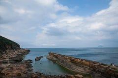 湾里区,新北市,台湾Yehliu Geopark大屯山陆岬推出的海 免版税图库摄影