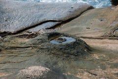 湾里区,新北市,台湾Yehliu Geopark神仙的鞋子,烛台向,接地石头扔石头 库存照片