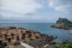 湾里区,新北市,台湾Yehliu Geopark蘑菇型岩石奇怪的岩石风景 库存照片