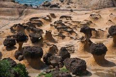 湾里区,新北市,台湾Yehliu Geopark蘑菇型岩石,江仕奇特别风景礁石区域 免版税库存照片