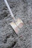 湿具体的铁锹 免版税库存照片