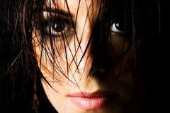 湿女性头发的奥秘 免版税图库摄影