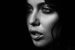 湿妇女画象用水在面孔滴下 黑色白色 库存照片