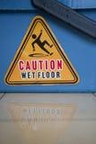 湿小心的楼层 免版税库存图片