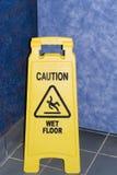 湿小心的楼层 免版税库存照片