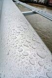 湿扶手栏杆 免版税库存图片