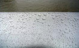 湿扶手栏杆 图库摄影