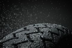 湿摩托车轮胎踩 免版税库存图片
