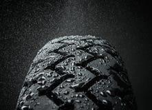 湿摩托车轮胎踩 免版税库存照片