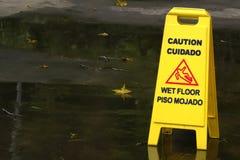 湿楼层的警告 免版税库存照片