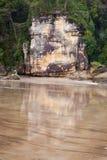从湿沙子的大岩石反射 免版税图库摄影