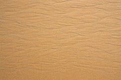 湿沙子纹理在波浪以后的 本质上 免版税库存图片