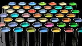 湿油漆的彩虹颜色在金属罐头的 库存照片