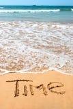 湿海滩前金黄nscription沙子的时间 免版税图库摄影