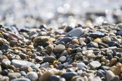 湿海运小卵石 免版税库存照片