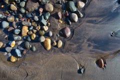 湿海滩的小卵石 免版税库存照片