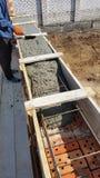 湿混凝土在铁丝网钢增强倾吐 库存照片