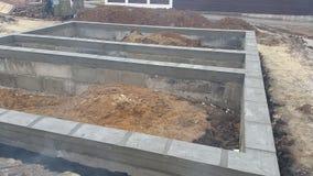 湿混凝土在铁丝网钢增强倾吐 免版税库存照片