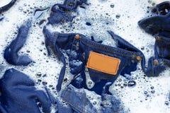 湿牛仔裤,浸泡并且洗涤 图库摄影