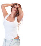 湿白色T恤杉的性感的红色头发妇女 免版税库存照片