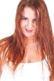 湿白色T恤杉的性感的红色头发妇女 库存照片