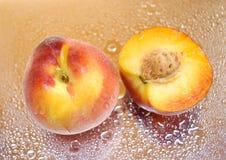 湿的桃子 库存照片