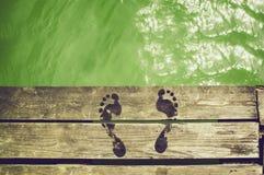 湿的脚印 库存照片