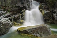 湿石头和瀑布 免版税库存图片