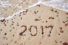 湿石头的数字在沙子海滩的2017年 库存图片