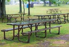 湿空置野餐长凳 免版税库存图片