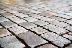 湿老花岗岩路面特写镜头 免版税库存照片
