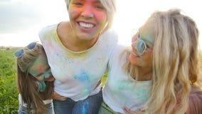 湿背景概念黑暗的友谊鹈鹕的纵向二 有有他们的女儿的年轻愉快的妇女乐趣投掷的油漆holi 股票录像