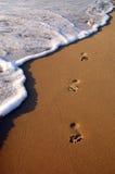 湿脚印的沙子 免版税库存图片