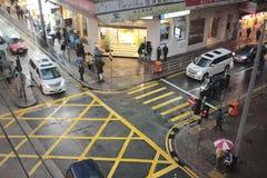 湿行人交叉路在一个雨天 图库摄影