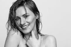 湿头发特写画象,一个愉快,微笑的式样女孩,妇女,夫人 免版税库存图片