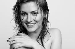 湿头发特写画象,一个愉快,微笑的式样女孩,妇女,夫人 免版税库存照片